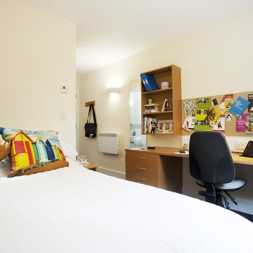The Sidings ensuite double bedroom with large desk space