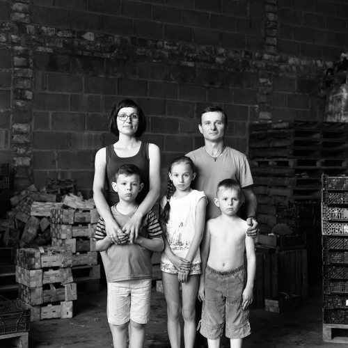 Black and white photo portrait of a family of 5